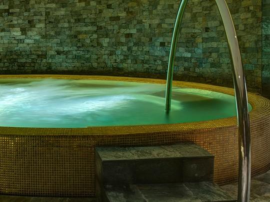 Le bain à remous de l'Atarmia Spa