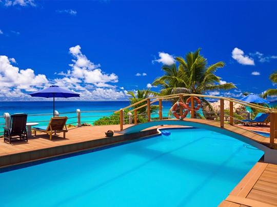 La piscine de l'hôtel Patatran Village à La Digue