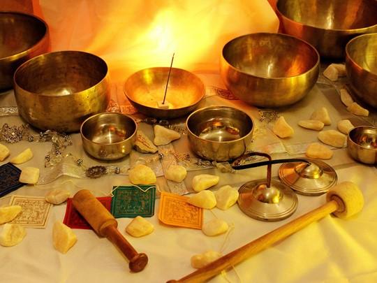 Atelier de fabrication traditionnelle de bols en bronze