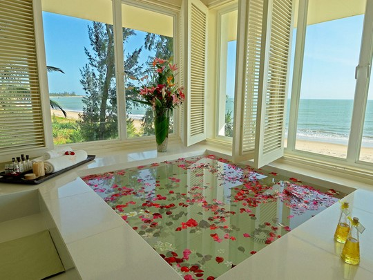 Bain de fleurs du spa de l'hôtel 5 étoiles Princess D'An Nam Resort & Spa