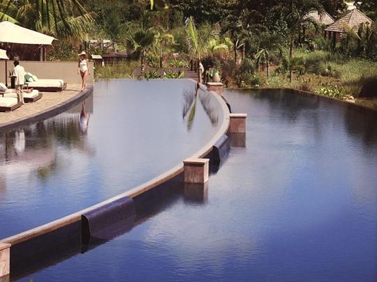 La piscine de l'hôtel de luxe Raffles Praslin aux Seychelles
