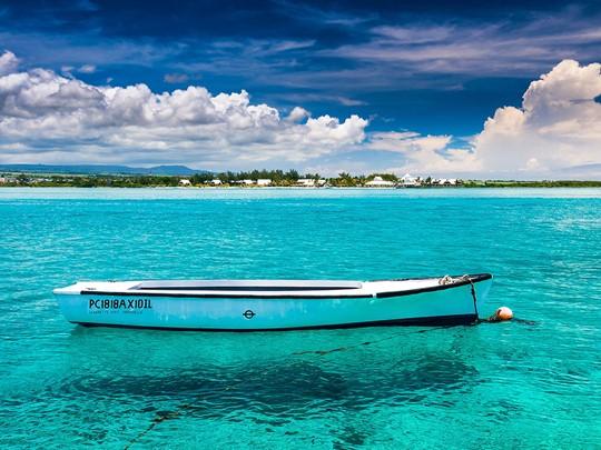 Détendez vous face aux eaux turquoises de la plage de Blue Bay
