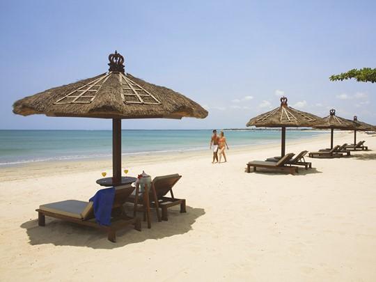 Belmond Jimbaran Puri Bali, la plage de l'hôtel et ses transats