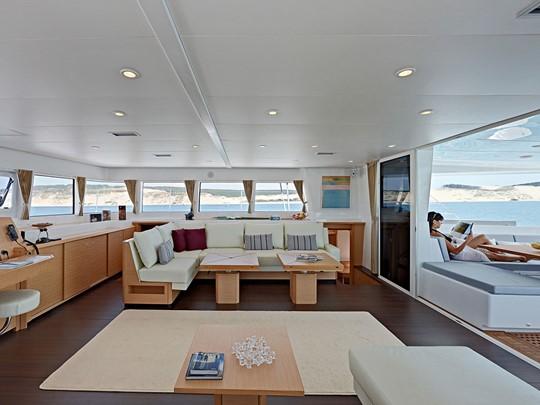 Profitez d'un moment de détente à bord du catamaran.