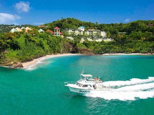 Naviguez sur les eaux claires de l'océan au Sandals Regency La Toc