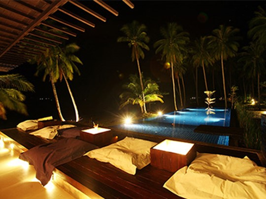 Le bar au bord de la piscine