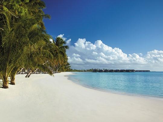 La plage du Shangri-La's Villingili aux Maldives