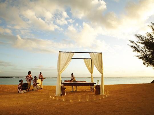 Massage sur la plage de l'hôtel Shanti Maurice