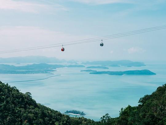 Le Langkawi SkyCab, fait la liaison aérienne entre le village oriental de Teluk Burau et le sommet de Gunung Machinchang