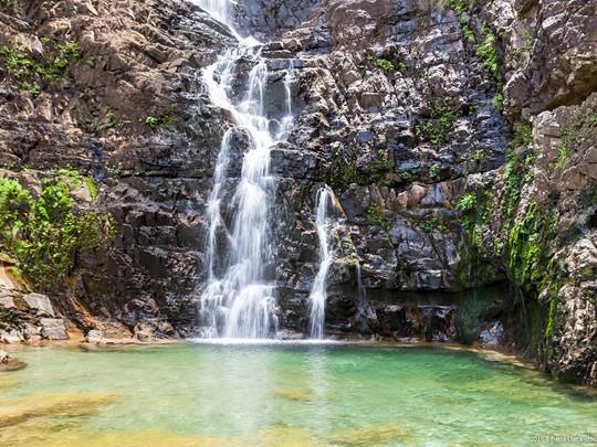 Admirez les chutes d'eau Temurun, un parc forestier abritant singes et cascades