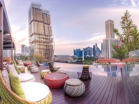 L'hôtel Naumi, sa piscine sur le Rooftop, surplombant la ville