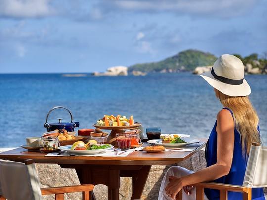 Copieux repas face à l'océan