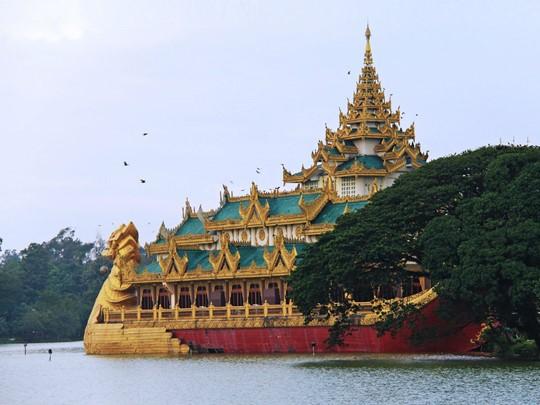 L'imposant Karaweik au milieu du lac Kandawgyi à Rangoon
