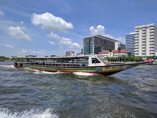 Empruntez Le bateau-bus qui descend le Chao Praya
