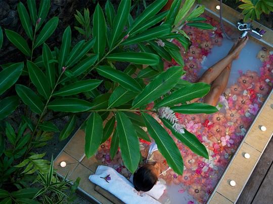 Bain de fleurs à l'hôtel Tahaa Island Resort & Spa situé en Polynésie