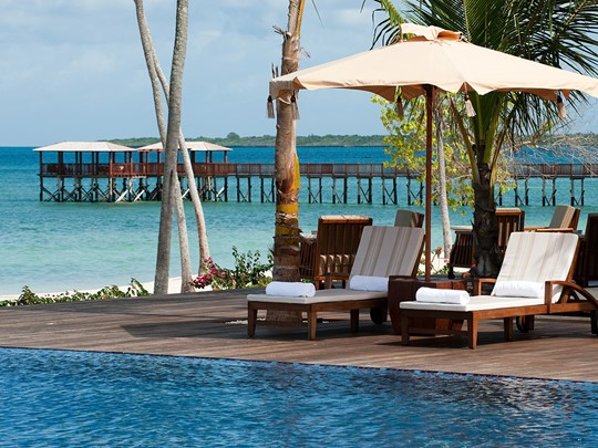 Détente au bord de la piscine du The Résidence Zanzibar