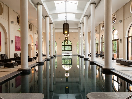 La piscine intérieure du Spa, baignée de lumière naturelle