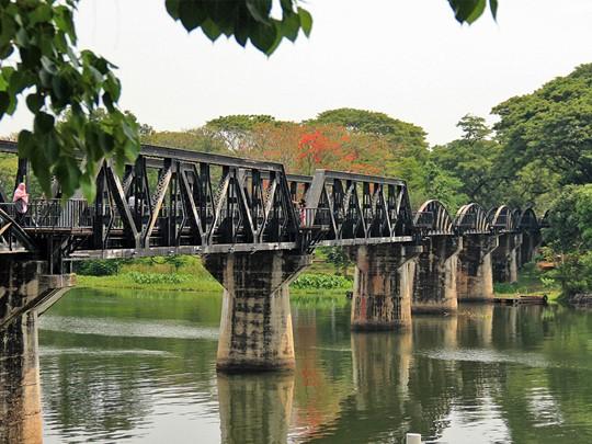 Vue du pont sur la rivière Kwai à Kanchanaburi