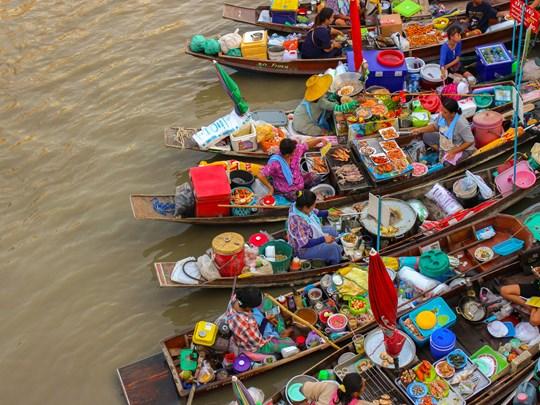 Vivez la folie des marchés flottants à Ampawa