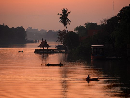 Naviguez sur la belle rivière Sakaekrang à Uthai Thani