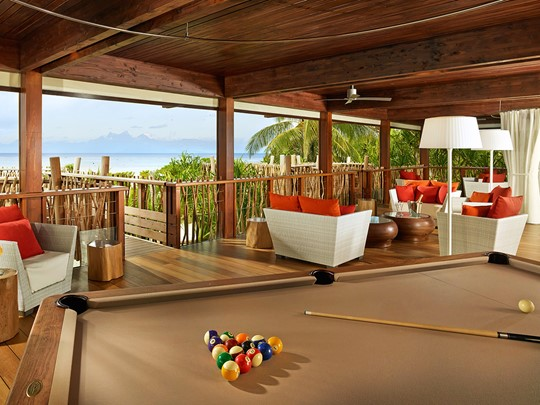 Le bar Te Manu de l'hôtel The Brando en Polynésie