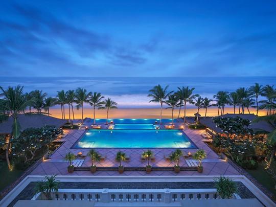 Vue de la piscine principale de l'hôtel The Legian