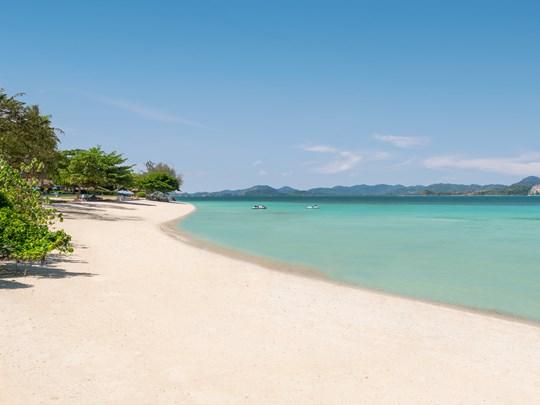 L'immense plage et son sable blanc