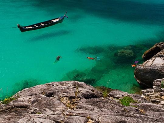 Snorkeling à l'hôtel The Racha situé à Phuket