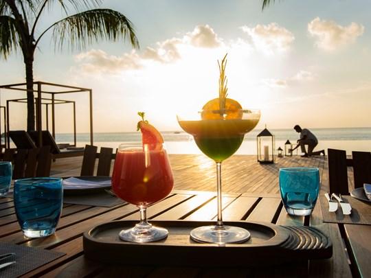 Appréciez des cocktails face au coucher de soleil