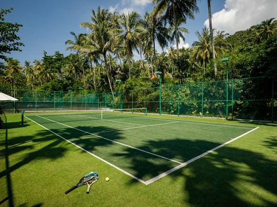Une séance de tennis au sein d'une végétation luxuriante.