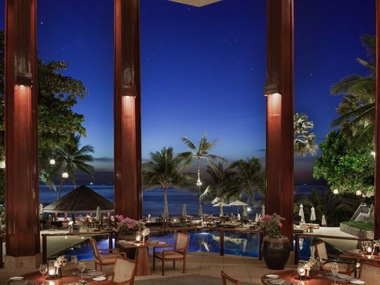 Le Sunset Restaurant, surplombant la piscine avec sa vue imprenable sur l'océan