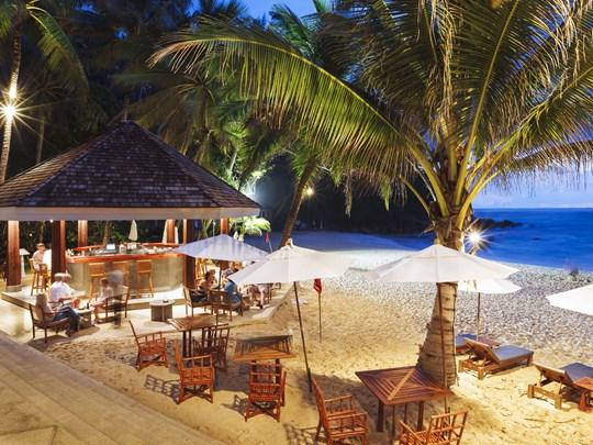 Le Beach-Bar, perché sur le sable blanc, idéal pour y contempler le coucher du soleil