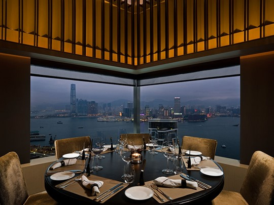 Splendide vue sur Victoria Harbour depuis le restaurant de l'Upper House