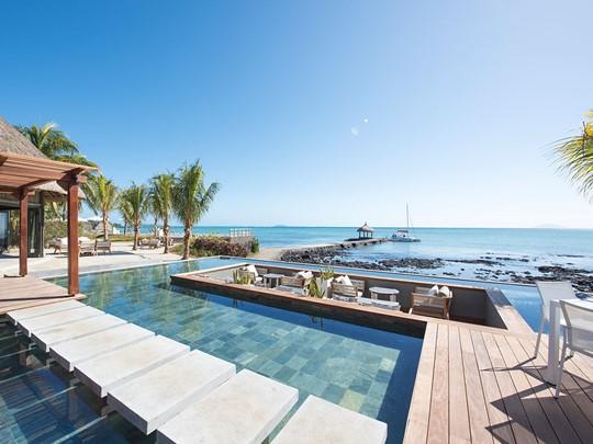 Restaurant au bord de la piscine