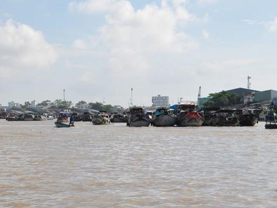 Admirez le trafic fluvial sur le Mékong