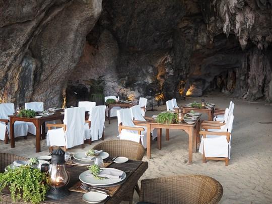 Diner dans une grotte au bord de la plage