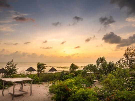 Contemplez un magnifique coucher de soleil depuis le Zanzibar White Sand