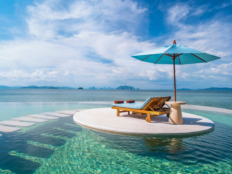 Piscine privée face à la baie de Phuket