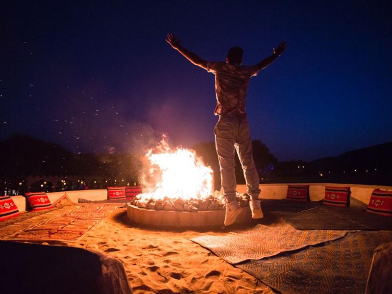 Détente au coin du feu au 1000 Nights Camp