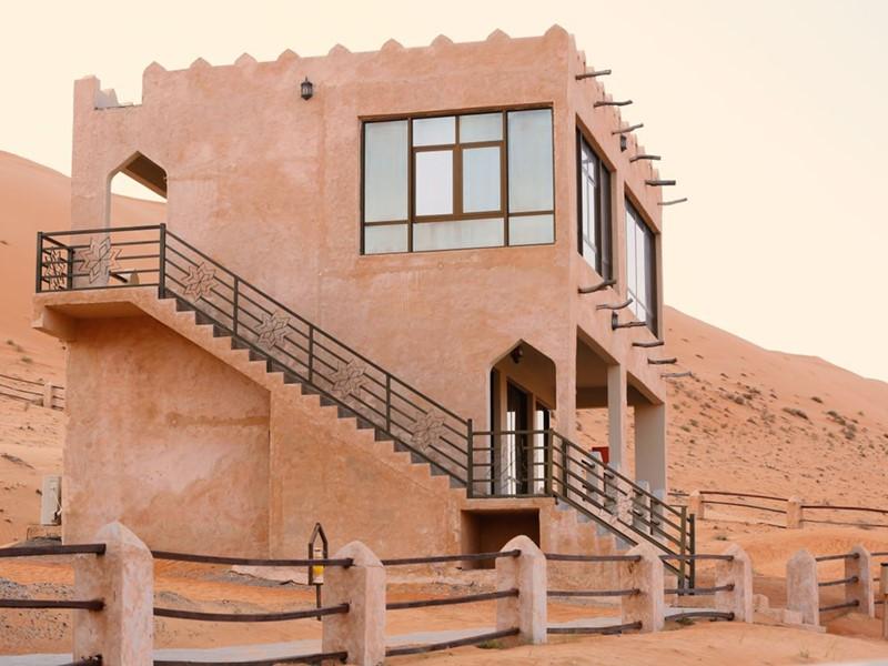 Vue extérieure de la Sand House du 1000 Nights Camp