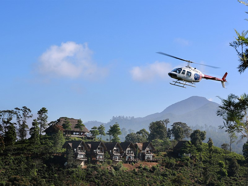 Arrivée en hélicoptère au milieu des montagnes