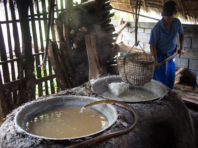 Extraction du sel dans le village de Bo Klua