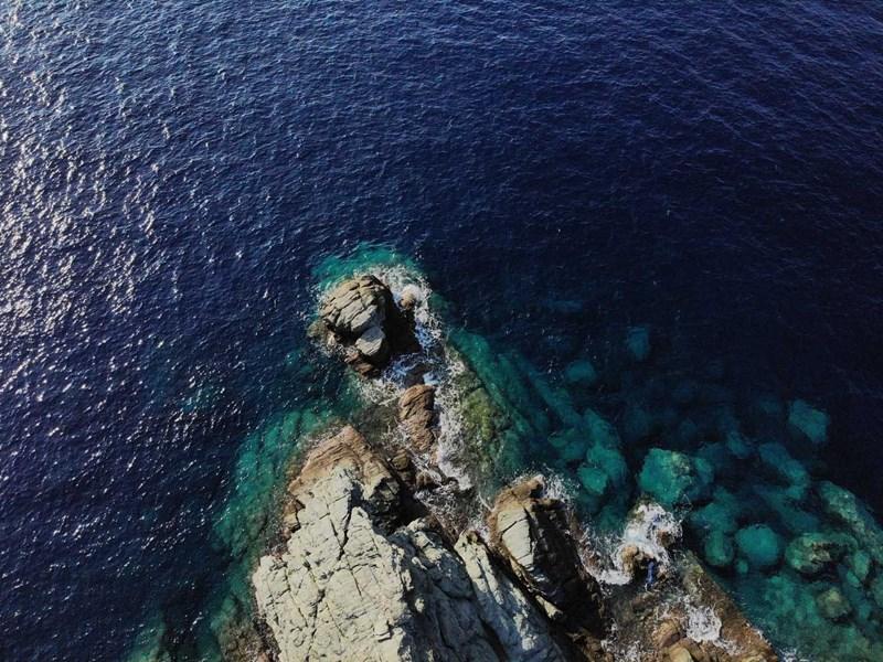L'hôtel est accroché à une falaise dominant la mer