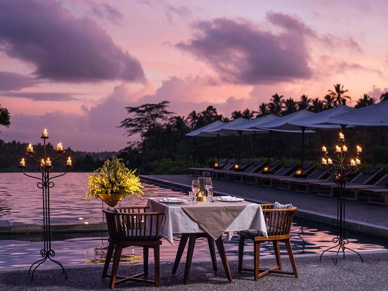 Dîner romantique au bord de la piscine