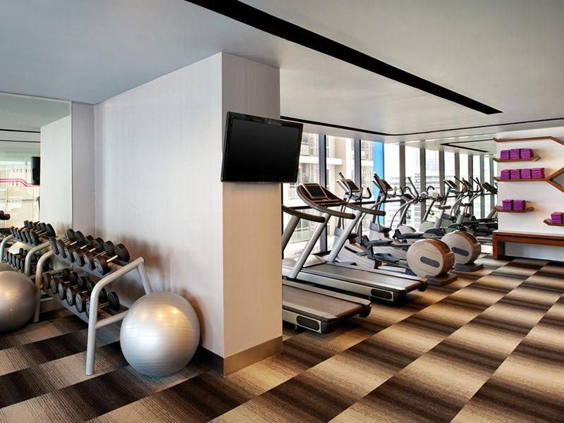 La salle de sport de l'hôtel 4 étoiles Aloft situé à Bangkok