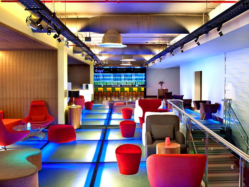 Le XYZ SM bar de l'Aloft Bangkok situé en Thailande