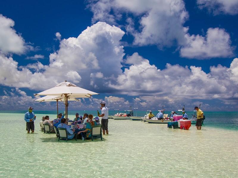 Déjeunez les pieds dans l'eau à l'hôtel Alphonse Island