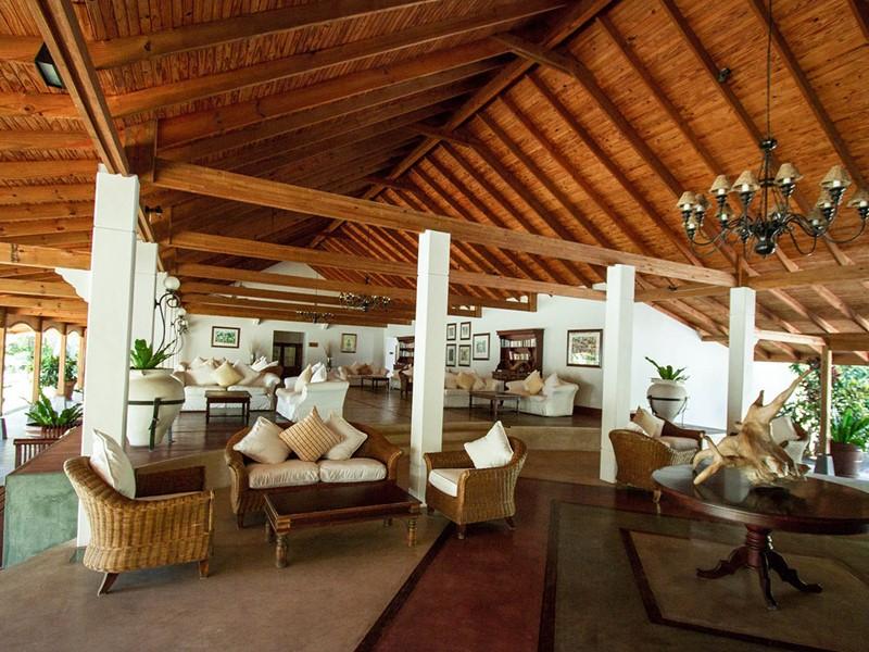 Le lounge de l'hôtel Alphonse Island aux Seychelles