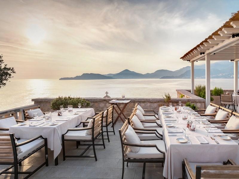 Un dîner face à la mer et au coucher de soleil