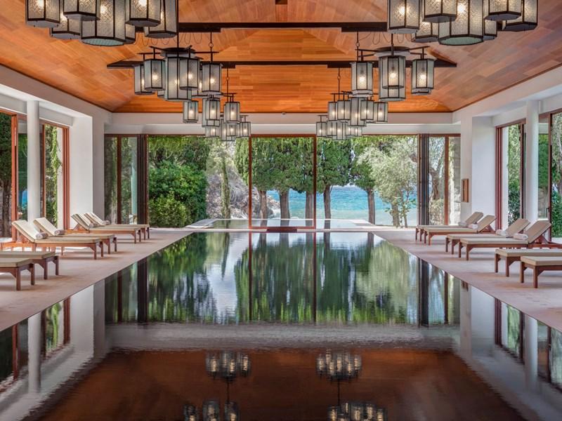 La piscine intérieure du Spa, face à la mer